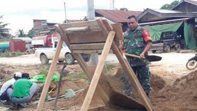 Photo of Babinsa Koramil 0909-03 Ikut Gotong Royong di Marah Haloq