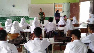 Photo of Babinsa Koramil 0909-05 Tanamkan Sikap Disiplin di SMAN 1 Muara Bengkal.