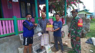 Photo of Koramil Sangkulirang Lewat Babinsa Bantu Pendistribusian Sembako di Ujung Kutim