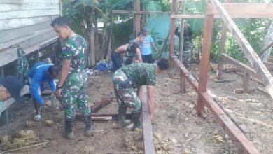 Photo of Satgas Pra TMMD Bersama Masyarakat Berjibaku Dalam Rehab Rumah.