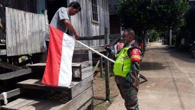 Photo of Sinergitas Babinsa Dan Aparat Desa Berikan Himbauan Pengibaran Bendera Merah Putih.