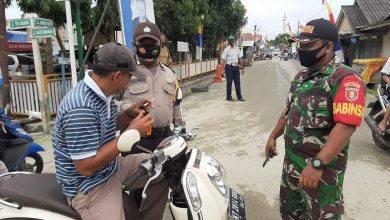 Photo of Sinergitas Babinsa Dan Aparat Terkait Berikan Himbauan Penggunaan Masker Guna Cegah Penularan Covid-19