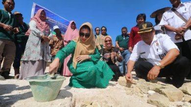 Photo of Ketua DPRD Kutim Letakan Batu Pertama Pembangunan Poli Klinik Di Desa Mara Haloq