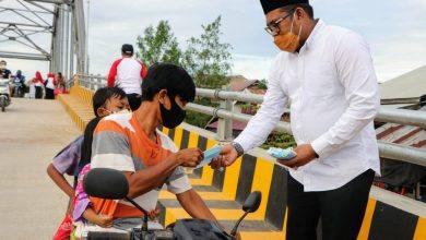 Photo of Kasmidi Berbagi Takjil Di Jembatan Masabang