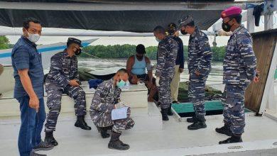 Photo of Gelar Vaksinasi, Lanal Sangatta Jemput Bola Nelayan Di Kapal Yang Baru Sandar